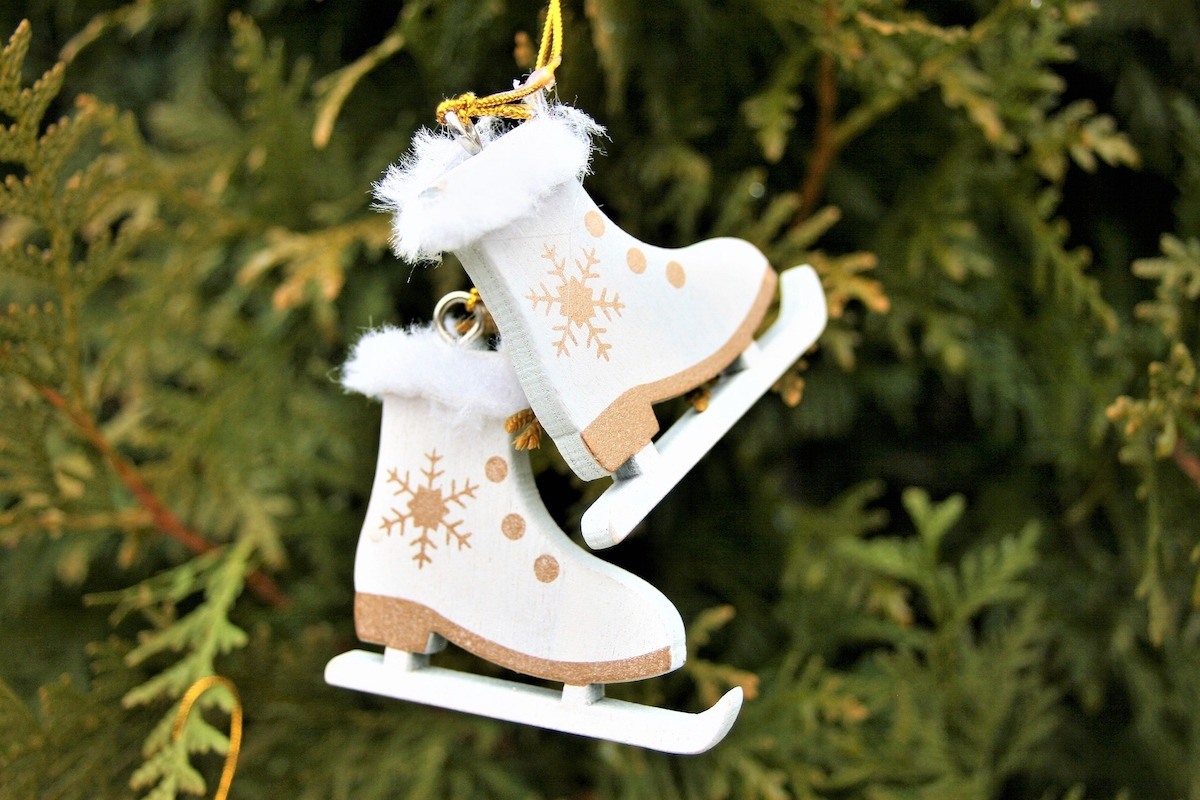 Tree ornament in the shape of two skates